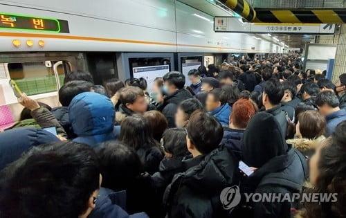 3호선 출입문 고장으로 지연…`지하철 파업` 걱정 속 승객 분통