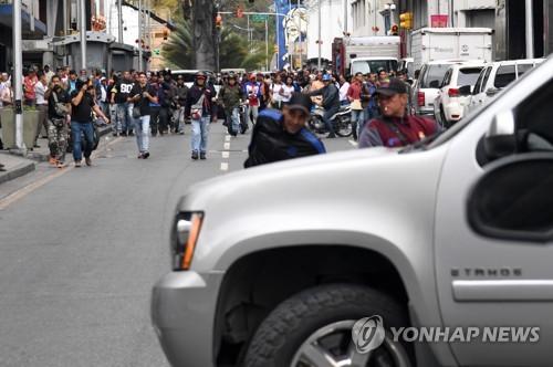 베네수엘라 국회 혼란 심화…야당 의원들 탄 차량 공격받아