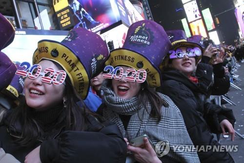 BTS, 미국의 새해 열었다…타임스스퀘어 메운 '한국어 떼창'