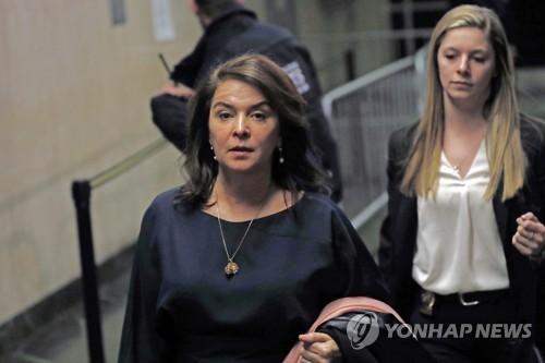 미드 '소프라노스' 여배우, 눈물 삼키며 와인스틴 성폭행 증언
