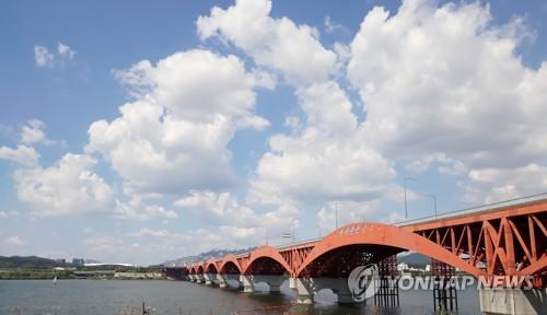 성산대교서 SUV 강으로 추락…탑승자 1명 의식불명·1명 수색중
