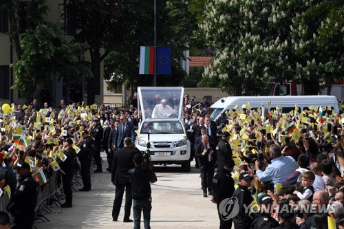 """교황 '버럭사태'에 경호원 책임론 대두…""""더 일찍 개입했어야"""""""