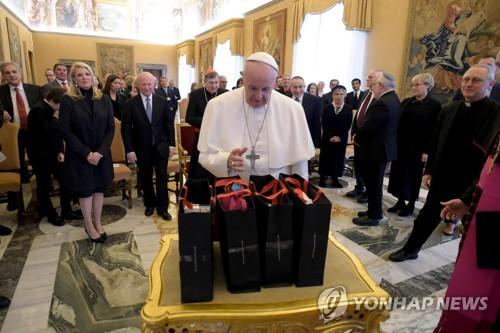 """교황 """"과거 만행 잊으면 미래 파괴돼""""…반유대주의 부활 경고"""