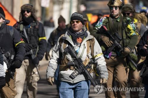 """""""총기규제 그만두라"""" 미국서 수천명, 공휴일에 무장하고 거리로"""