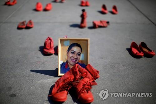 멕시코시티 광장에 주인 잃은 빨간 신발들…여성폭력 항의 시위