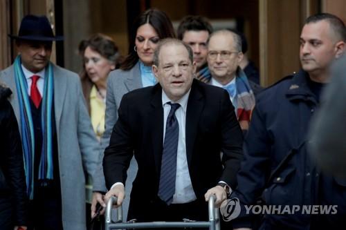 """""""와인스틴은 할리우드 거물 아니라 강간범""""…첫 증인 출석 재판"""