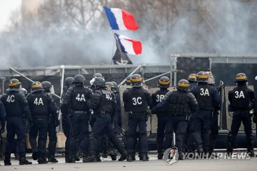 프랑스 소방관들, 위험수당 인상요구 집회…경찰과 충돌