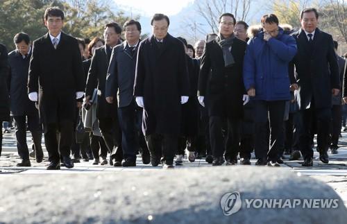 與, 새해 첫날 봉하마을 찾아 노무현 전 대통령 묘역 참배