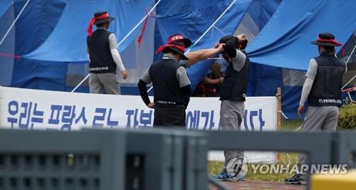 이상한 분규 '교섭 중 돌발파업…파업 중단에도 공장출입 막고'