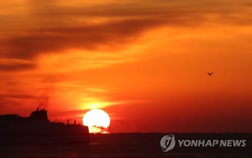 '발갛고 맑은 해'…육지 첫 일출 간절곶에 해뜨자 감탄·환호성