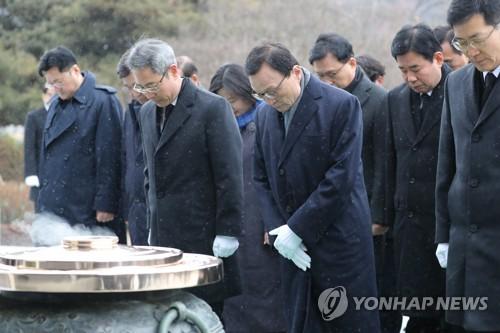 """與, 총선승리 결의 """"촛불 시민혁명 완성""""…봉하마을 참배(종합)"""