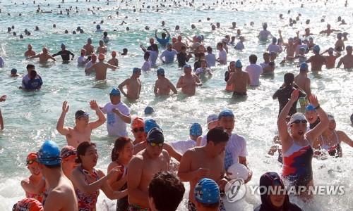 인간 북극곰 6만여 명 해운대 겨울 바다로 풍덩∼