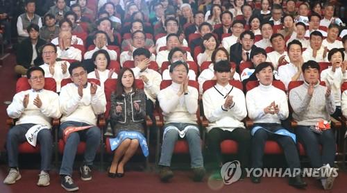 """청바지·종이비행기…""""보수 다시 태어났다"""" 새보수당 창당대회"""