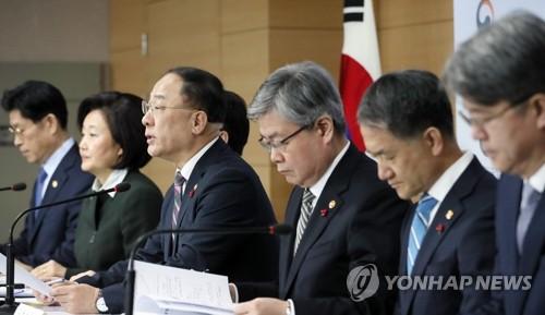 """[일문일답] 홍남기 """"40대 고용…미스매치 해소·역량강화·창업지원"""""""