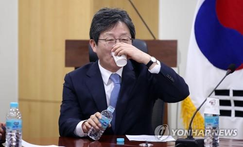 """한국-새보수 '동상이몽'…""""다 모이자"""" vs """"묻지마통합 안된다"""""""