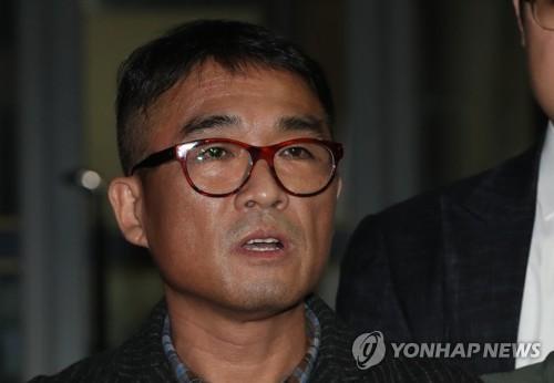 """'성폭행 피소' 김건모, 12시간 조사 후 귀가…""""국민께 죄송"""""""