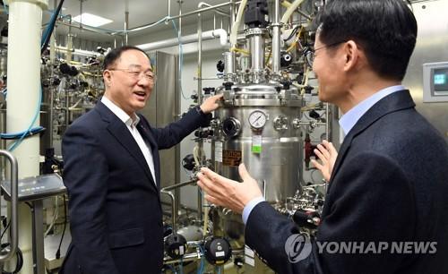 """홍남기 """"미중 1단계 합의, 우리 경제에 긍정요인 더 클 것"""""""