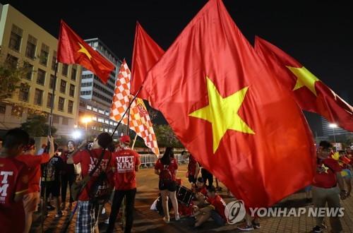 '박항서호의 기적을!' 베트남 팬들, 방콕서 대규모 응원전