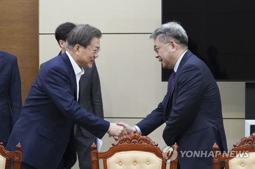 """문 대통령, '신북방정책 전략' 보고받아…""""다시 오기 힘든 계기""""(종합)"""