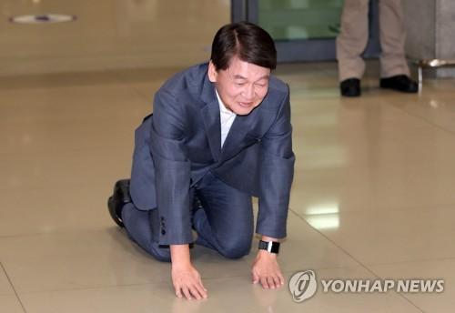 [특징주] 안철수 총선 불출마 선언에 테마주 급락