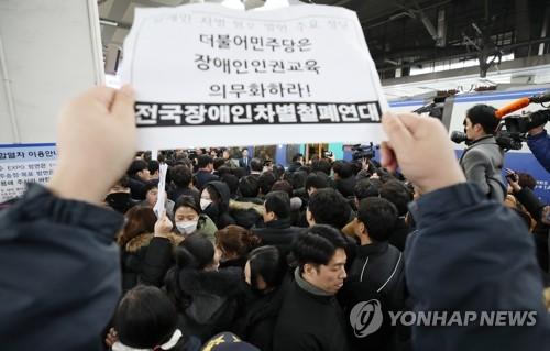 """여, 용산역 설 귀성인사…장애인권단체 """"이해찬 사과하라"""" 항의(종합)"""