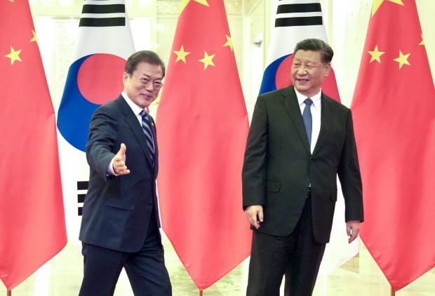 문재인 대통령과 시진핑 중국 국가주석이 지난달 베이징 인민대회당에서 만나 정상회담장으로 이동하고 있다.  연합뉴스