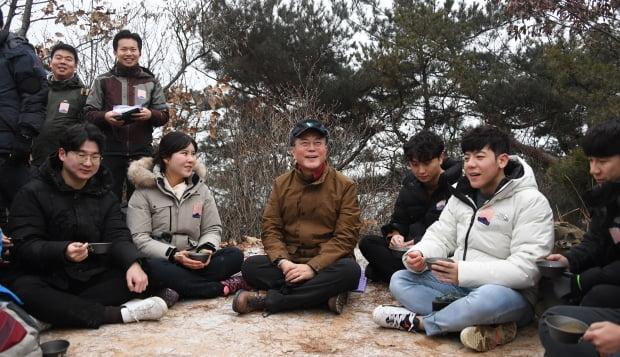 문재인 대통령이 2020년 새해 첫날인 1일 아차산에서 2019년을 빛낸 의인들과 해맞이 산행 중 대화하며 잠시 쉬고 있다. /사진=연합뉴스