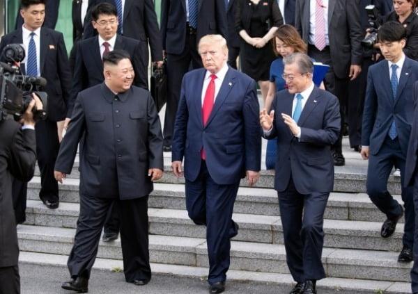 남북미 판문점 회동에서 이야기를 나누는 문재인 대통령(오른쪽부터), 트럼프 미국 대통령, 김정은 북한 국무위원장. 사진=연합뉴스