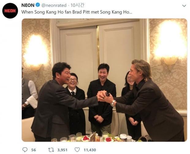 할리우드 배우 브래드 피트가 송강호와 만나 두손으로 악수하는 사진이 화제가 됐다. /사진=연합뉴스