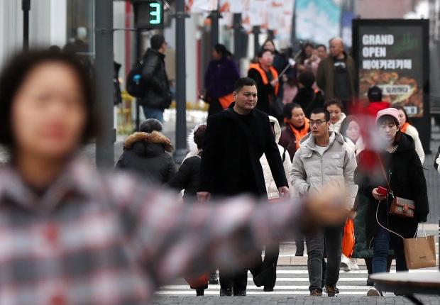중국 선양(瀋陽)에 본사를 둔 건강웰빙식품 판매기업 '이융탕(溢涌堂)' 직원들이 지난 8일 오후 인천시 연수구 송도국제도시 한 대형 쇼핑몰에서 쇼핑하고 있다. 이 기업 임직원 5천여명은 인천에서 5박 6일간 기업 회의와 인센티브 관광을 할 계획이다. 이들은 2017년 한중 간 사드(THAAD·고고도 미사일 방어체계) 갈등이 불거진 이후 단일 행사로는 최대 규모의 중국 관광객이다.  /사진=연합뉴스
