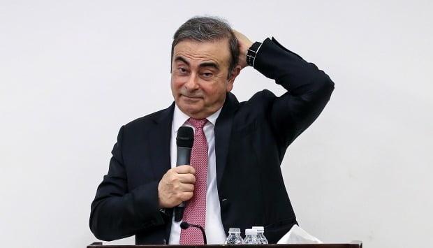 일본에서 형사 재판을 앞두고 레바논으로 도주한 카를로스 곤 전 닛산 자동차 회장이 8일(현지시간) 레바논의 베이루트에서 기자회견을 하면서 제스처를 취하고 있다. 사진=EPA연합뉴스