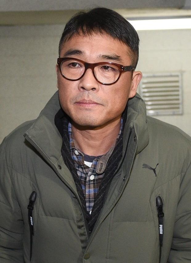 김건모가 성폭행 혐의 조사를 위해 15일 경찰에 출석했다. /사진=연합뉴스