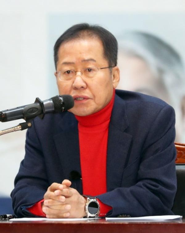 홍준표 자유한국당 전 대표가 15일 오후 부산시청 대강당에서 열린 '대학생 리더십 아카데미'에서 강연하고 있다. /사진=연합뉴스
