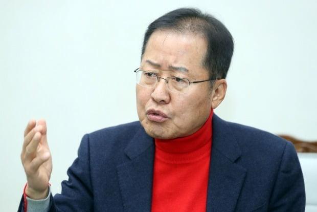 지난 15일 21대 총선 밀양창녕 출마의사를 밝힌 홍준표 전 자유한국당 대표가 취재진의 질문에 답하고 있다. /사진=연합뉴스
