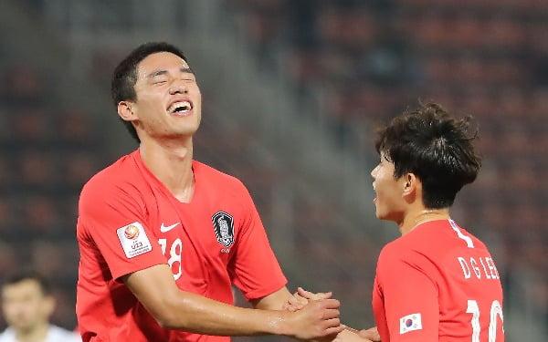 15일 오후(현지시간) 태국 랑싯 탐마삿 스타디움에서 열린 2020 아시아축구연맹(AFC) U-23 챔피언십 한국과 우즈베키스탄의 조별리그 최종전에서 오세훈이 결승골을 넣은 뒤 이동경의 축하를 받고 있다/사진=연합뉴스