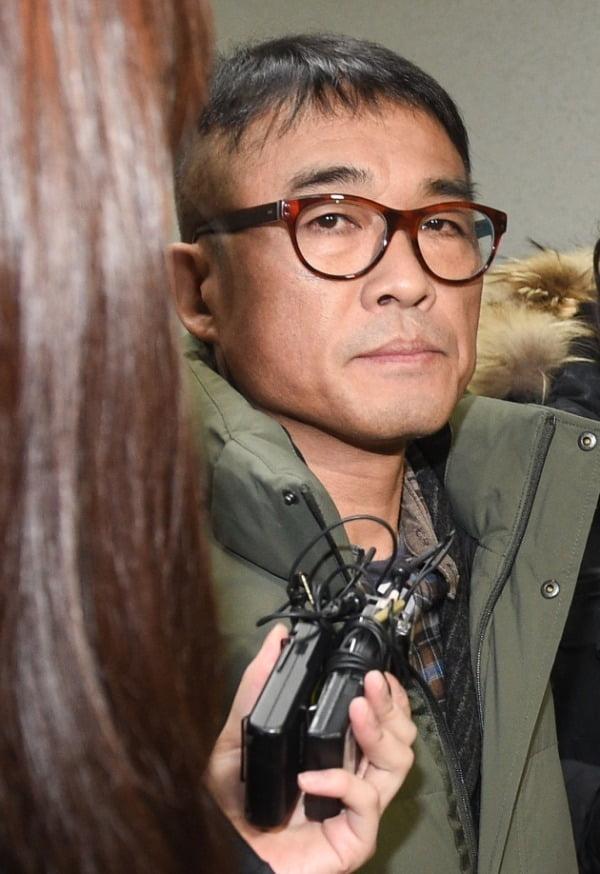 가수 김건모가 성폭행 혐의 조사를 받기 위해 15일 오전 서울 강남경찰서에 출석하고 있다. /사진=연합뉴스