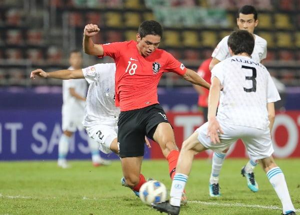 15일 오후(현지시간) 태국 랑싯 탐마삿 스타디움에서 열린 2020 아시아축구연맹(AFC) U-23 챔피언십 한국과 우즈베키스탄의 조별리그 최종전에서 오세훈이 결승골을 넣고 있다/사진=연합뉴스