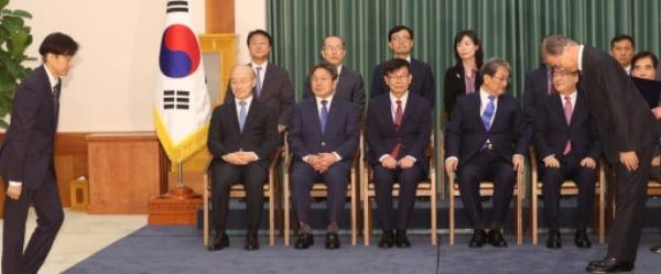 지난해 9월 9일 당시 조국 신임 법무부 장관이 청와대에서 임명장을 받기 위해 문재인 대통령에게 향하고 있다. /사진=연합뉴스