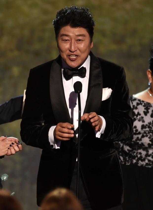 제26회 미국배우조합상 시상식(Screen Actors Guild Awards, 이하 SAG)에서 최고 상인 앙상블상을 수상한 영화 '기생충' 출연진을 대표해 소감을 말하는 송강호/사진=AP