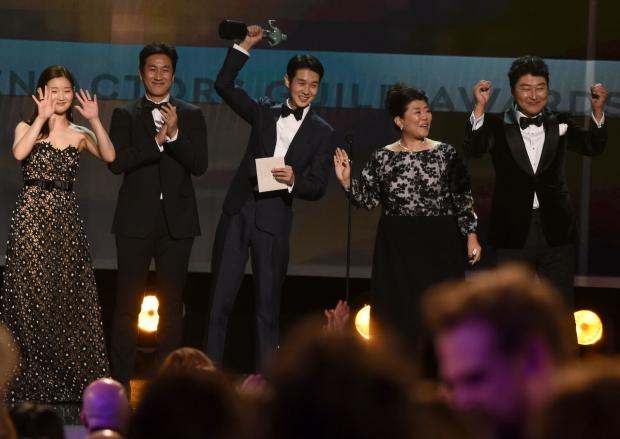 제26회 미국배우조합상 시상식(Screen Actors Guild Awards, 이하 SAG)에서 최고 상인 앙상블상을 수상한 영화 '기생충' 출연진/사진=AP