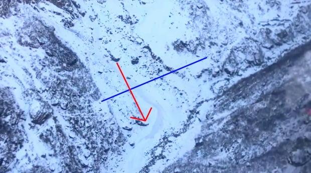 네팔 히말라야 안나푸르나에서 산사태를 만나 실종된 한국인 교사 4명에 대한 수색 작업이 나흘째를 맞고 있다. 사진은 20일 오전 헬기에서 바라본 사고 현장 모습. 파란색 선은 길. 붉은색 화살표는 눈사태.  /사진=연합뉴스