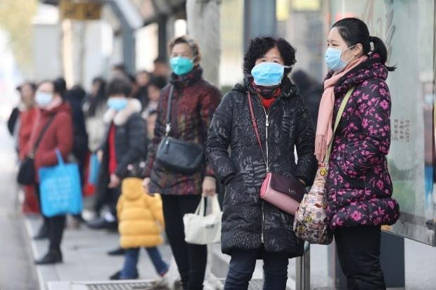 중국 폐렴 공포…마스크 쓴 우한 주민들 /사진=EPA