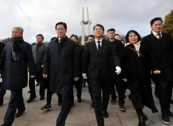 안철수 전 바른미래당 의원이 20일 바른미래당과 새로운보수당 내 안철수계 인사들과 함께 광주 북구 운정동 국립5·18민주묘지 열사묘역을 참배하고 있다. /사진=연합뉴스