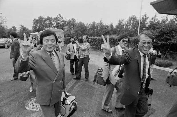 지난 1985년 9월 평양에서 공연을 하기 위해 예술공연단의 일원으로 백남봉(오른쪽)과 함께 방북하는 남보원/사진=연합뉴스