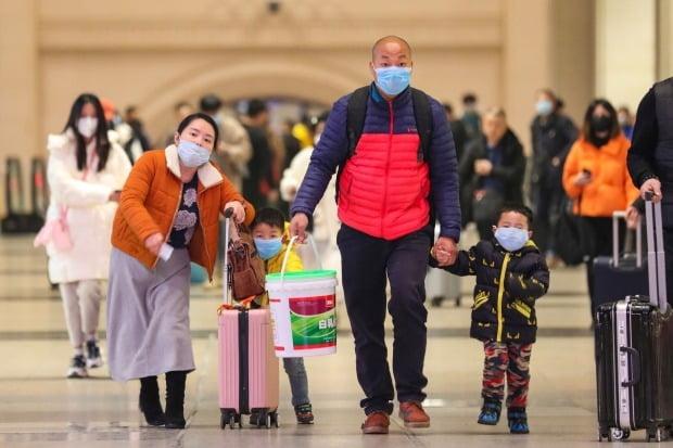 지난 21일 신종 코로나바이러스 '우한 폐렴'이  급속히 확산하고 있는 중국 후베이성 우한의 한커우(漢口)역에서 여행객들이 마스크를 쓴 채 이동하고 있다./사진=AP