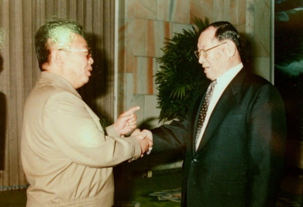 지난 1998년 정주영 현대그룹 회장이 김정일 북한 국방위원장과 악수를 하고 있다. /사진=연합뉴스