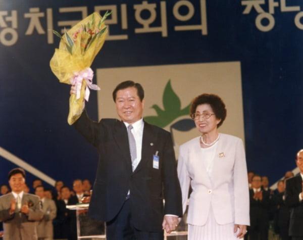 지난 1995년 당시 정계에 복귀한 김대중 새정치국민회의 총재가 서울올림픽공원에서 창당대회를 열고 이희호 여사와 함께 인사를 하고 있다. /사진=연합뉴스
