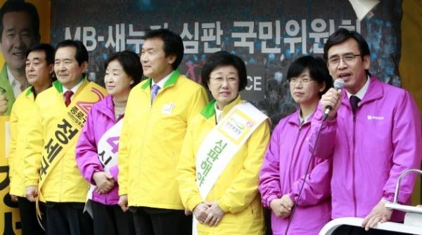 2012년 4월 총선 당시 유시민 통합진보당 공동대표가 야권연대 양당대표 기자회견에서 시민들에게 지지를 호소하고 있다. /사진=연합뉴스