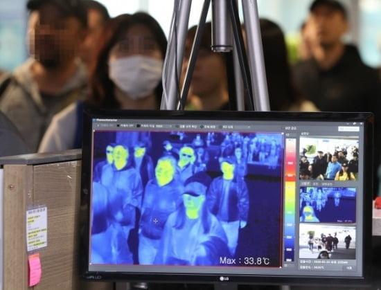지난 23일 질병관리본부 국립검역소 직원들이 인천국제공항 1터미널 입국장에서 열화상 카메라로 승객들의 체온을 측정하고 있다. /사진=연합뉴스