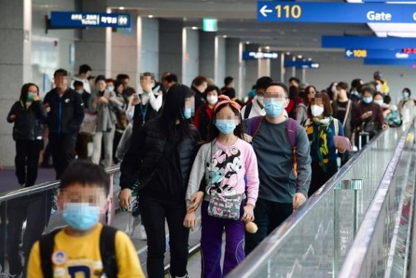 '신종 코로나바이러스'로 인한 사망자가 중국에서 급증하고 있는 가운데 지난 23일 인천국제공항에서 탑승객들이 마스크를 쓴 채 걷고 있다. /사진=연합뉴스